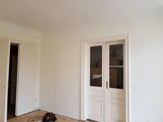 Auf der Decke wurde Glasvlies geklebt und weiss gestrichen. An den Wänden wurde eine weisse Struktur Tapete angebracht
